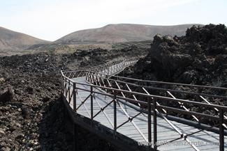 Der Gang über die Lavafelder am Besucherzentrum im Nationalpark Timanfaya